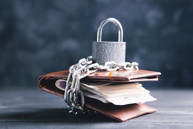 Portefeuille sur chaînes avec une serrure sur la table