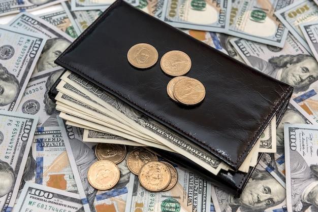 Portefeuille en cuir avec dollar américain et cent sur un bureau en bois blanc, concept de finance