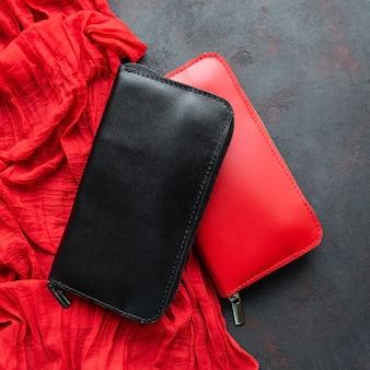Portefeuille en cuir noir et rouge