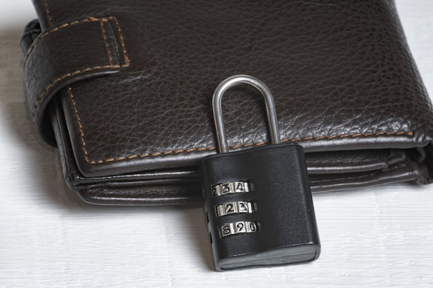 Portefeuille en cuir avec serrure à combinaison. stockage sûr de l'argent. sécurité financière