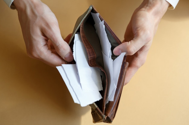 Portefeuille avec du papier au lieu de l'argent