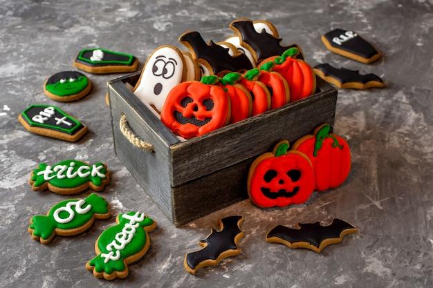 Portefeuille halloween en pain d'épice ou vie dans une boîte en bois sur un espace de copie d'arrière-plan en pierre sombre