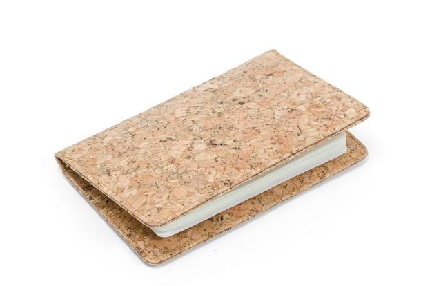 Portefeuille marron en matériaux naturels.