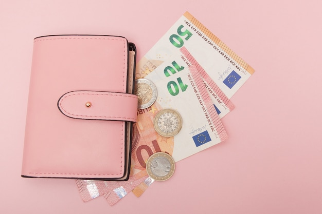 Portefeuille avec monnaie européenne sur un bleu vibrant. affaires et instagram