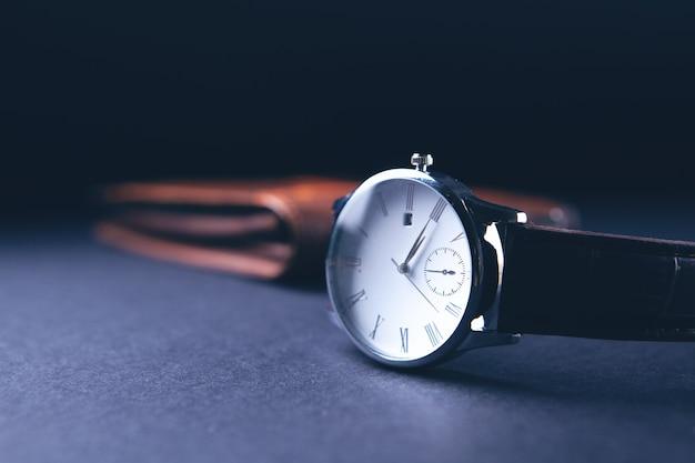Portefeuille avec une montre-bracelet