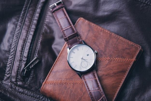 Portefeuille avec la montre et la veste en cuir