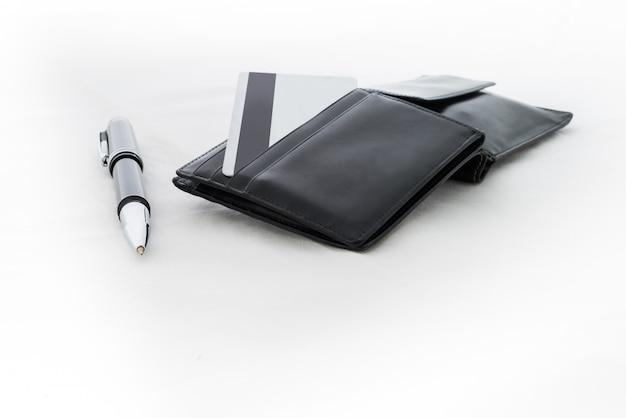 Portefeuille noir avec cartes de crédit sur fond blanc