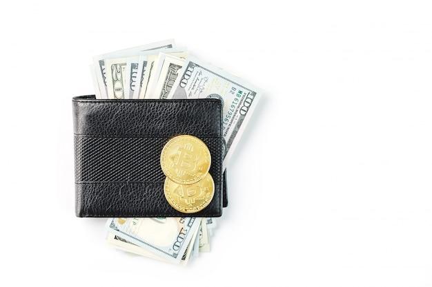 Un portefeuille noir avec des dollars et des bitcoins sur blanc isolé.