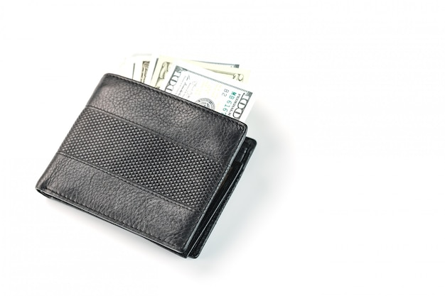 Portefeuille noir avec des dollars en cuir véritable sur blanc isolé.