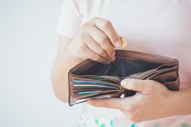 Portefeuille vide dans les mains.