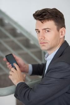 Porter homme employé de sexe masculin de gestionnaire