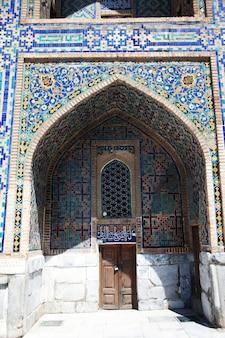 Portes anciennes et un fragment d'un mur décoré de mosaïques au sherdor madrasah sur la place du registan à sarkand en ouzbékistan. 29.04.2019