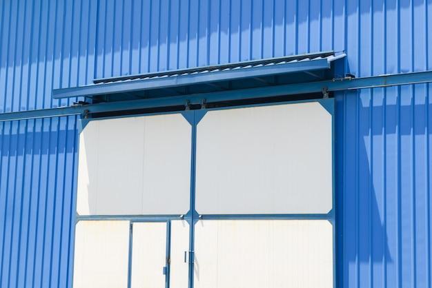 Portes blanches de l'entrepôt, gros plan