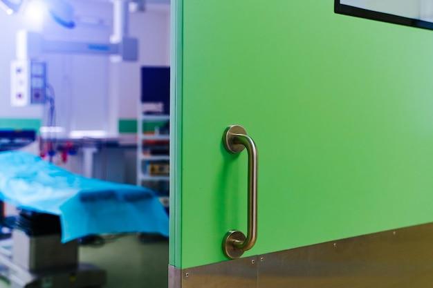 Portes fermées dans la salle d'opération. clinique chirurgicale moderne