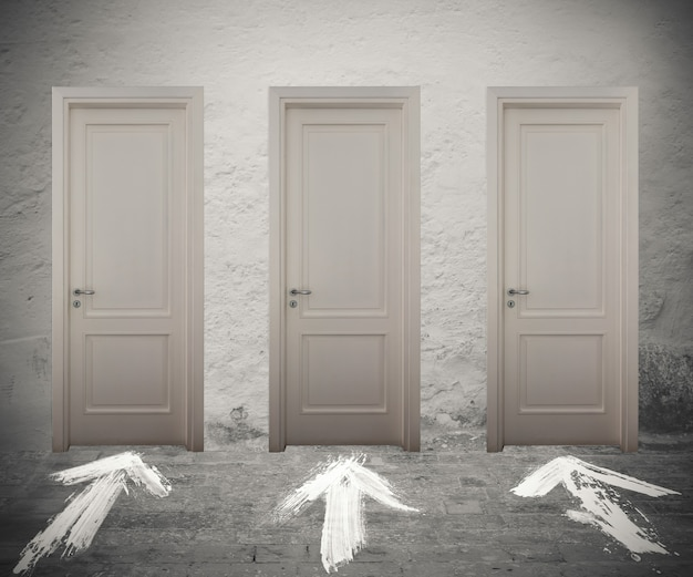 Portes fermées marquées par des flèches blanches sur le sol