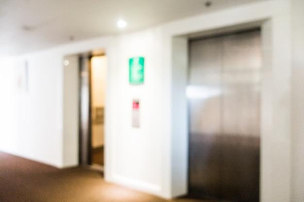 Portes métalliques des ascenseurs floues
