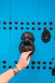 Portes orientales traditionnelles avec ornement au maroc.