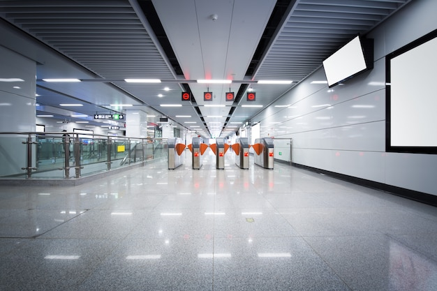 Portes piétonnes de la station de métro