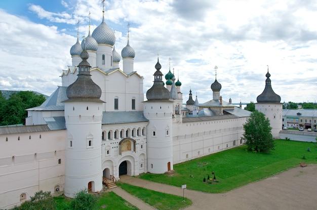 Portes saintes et l'église de la résurrection. kremlin de l'ancienne ville de rostov veliky.russie