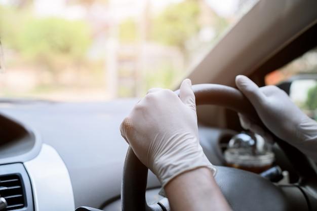 Portez des gants de protection pour tenir le volant de la voiture.