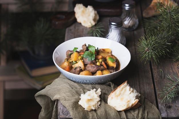 Portion de bœuf irlandais traditionnel et ragoût de bière guinness avec carottes, pommes de terre et petits pois