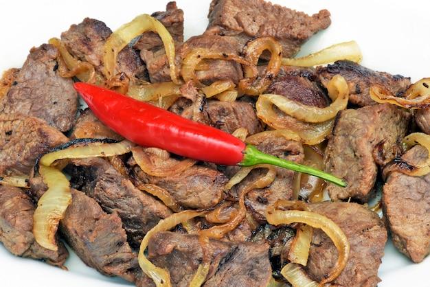 Portion de carne de sol frit en plaque blanche