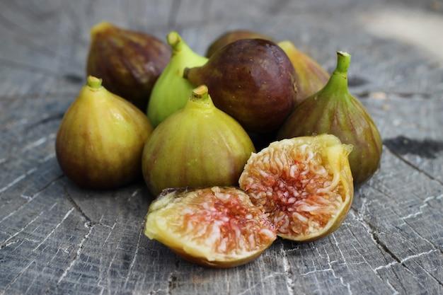 Portion de figues fraîches sur fond de bois vintage