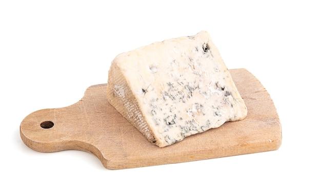 Portion de fromage bleu d'auvergne sur fond blanc