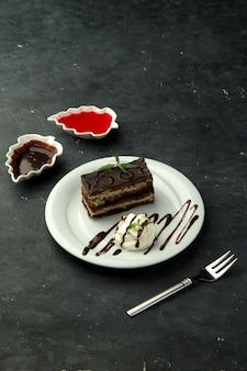 Portion de gâteau au chocolat servi avec de la crème