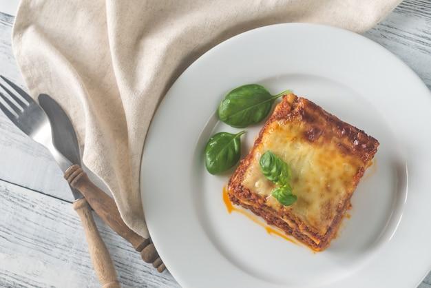 Portion de lasagne sur la table en bois