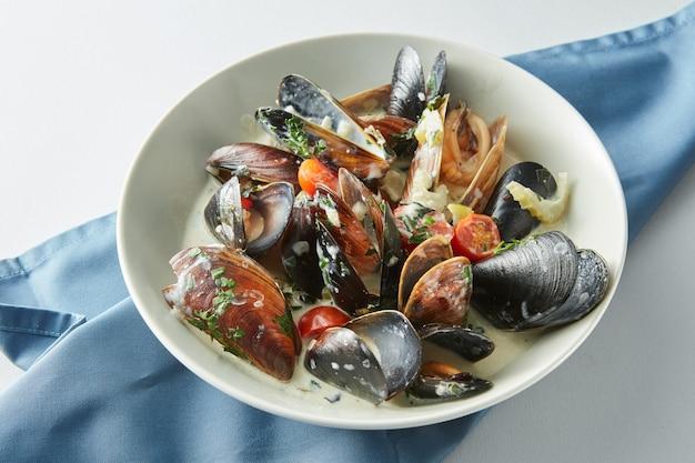 Portion de moules bleues cuites fraîches en assiette