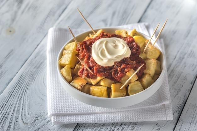 Portion de patatas bravas avec sauces