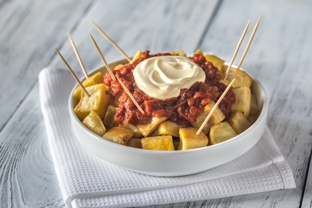 Portion de patatas bravas avec sauces