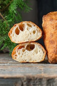 Portion de recette de pain italien maison ciabatta sur la table