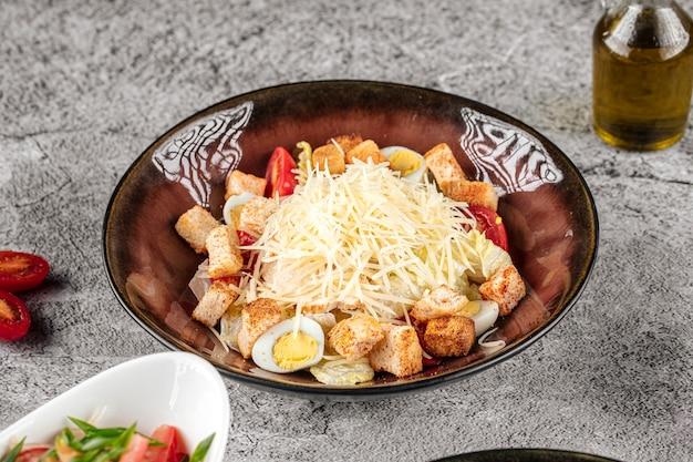 Portion de salade césar avec fromage et croûtons