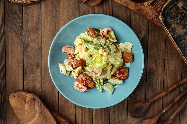 Portion de salade mixte fraîche avec poulet frit