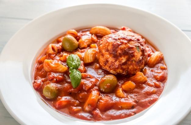 Portion de soupe minestrone aux boulettes de viande