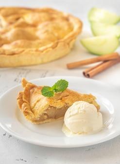 Portion de tarte aux pommes avec boule de glace