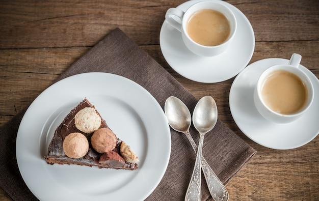 Portion de tourte sacher avec deux tasses de café