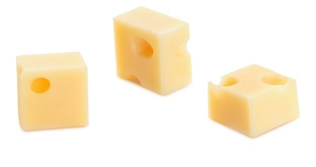 Portions (cubes, dés) de fromage suisse emmental. texture des trous et alvéoles. isolé