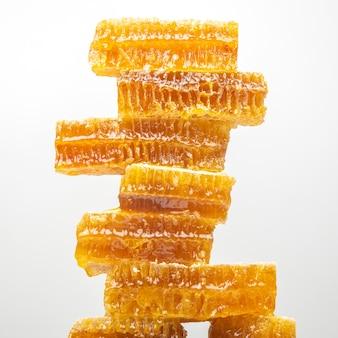 Portions de nid d'abeille frais sur fond blanc. aliments naturels vitaminés. produit de travail d'abeille