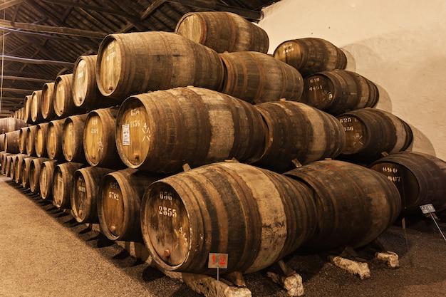 Porto, portugal - 01 juillet : barils avec du vin de porto dans la cave à vin le 01 juillet 2014 à porto, portugal