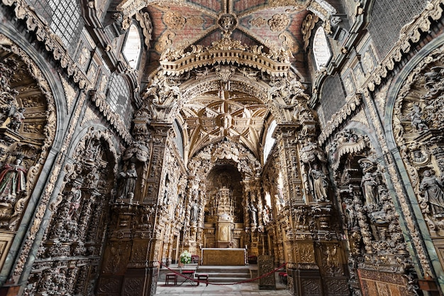 Porto, portugal - 01 juillet : intérieur de l'igreja de santa clara le 01 juillet 2014 à porto, portugal
