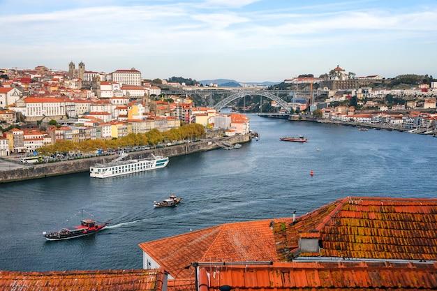 Porto, portugal vieille ville ribeira vue aérienne promenade avec maisons colorées, façades traditionnelles, vieilles maisons multicolores avec des tuiles rouges, douro et bateaux. image aérienne du paysage urbain de porto