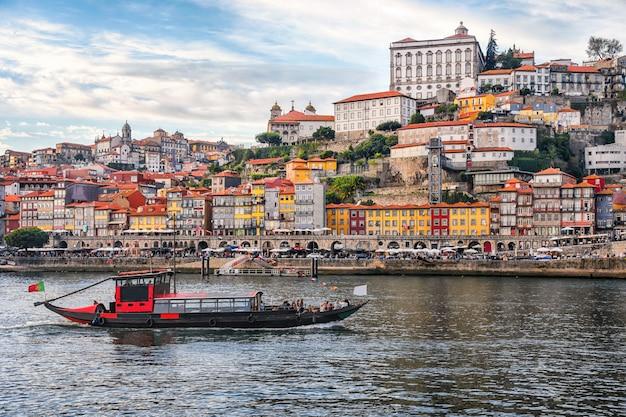 Porto, portugal vieille ville ribeira vue aérienne promenade avec maisons colorées, façades traditionnelles, vieilles maisons multicolores avec des tuiles rouges, douro et bateaux.