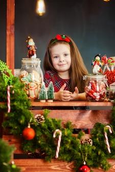 Le portrai de belle petite fille près de noël decoratoins