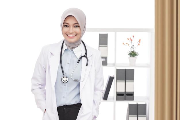 Portrairt de femme médecin asiatique souriant avec stéthoscope au bureau
