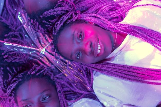 Portrait abstrait de femme afro-américaine dans le style vaporwave