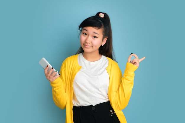Portrait d'adolescent asiatique isolé sur l'espace bleu