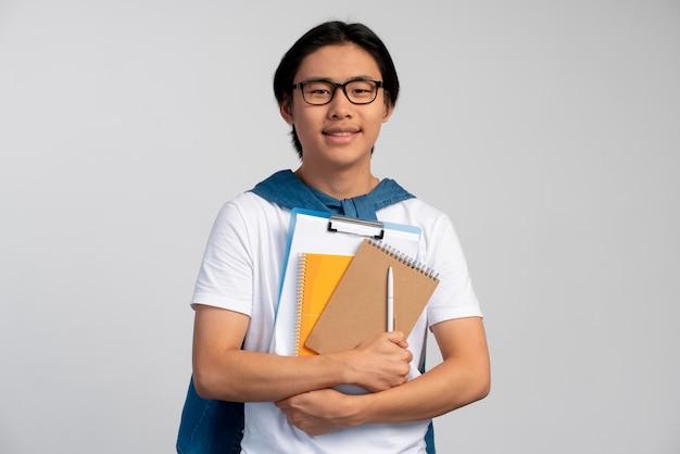 Portrait d'un adolescent asiatique prêt pour l'école